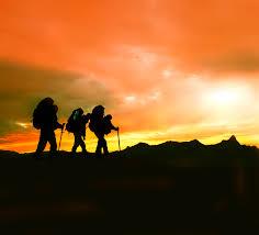 marcheurs coucher de soleil